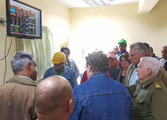 El mandatario cubano comenzó el recorrido por el territorio yayabero por el Central Uruguay del municipio de Jatibonico.