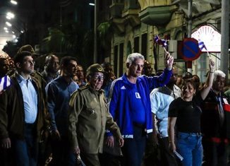 Convocados por los movimientos y organizaciones juveniles, miles de compatriotas se juntaron en la de la Universidad de La Habana para el homenaje al Apóstol.