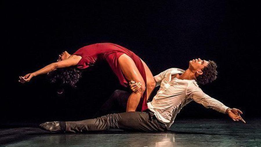 """La Casa de la Ópera Real británica ha celebrado a la compañía por su """"repertorio distintivo que combina sabores nacionales e internacionales en técnica, coreografía y música"""" y que presenta a bailarines considerados entre los mejores de Cuba."""