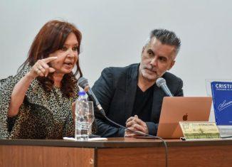 Dos veces presidenta de la Argentina y protagonista de un gobierno que construyó un nuevo país, con mayores derechos, desendeudado y con 119 nietos recuperados.