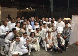 """Obra de teatro que, bajo la dirección general de Osvaldo Doimeadiós, """"nos da respuestas desde la historia de nuestra isla."""