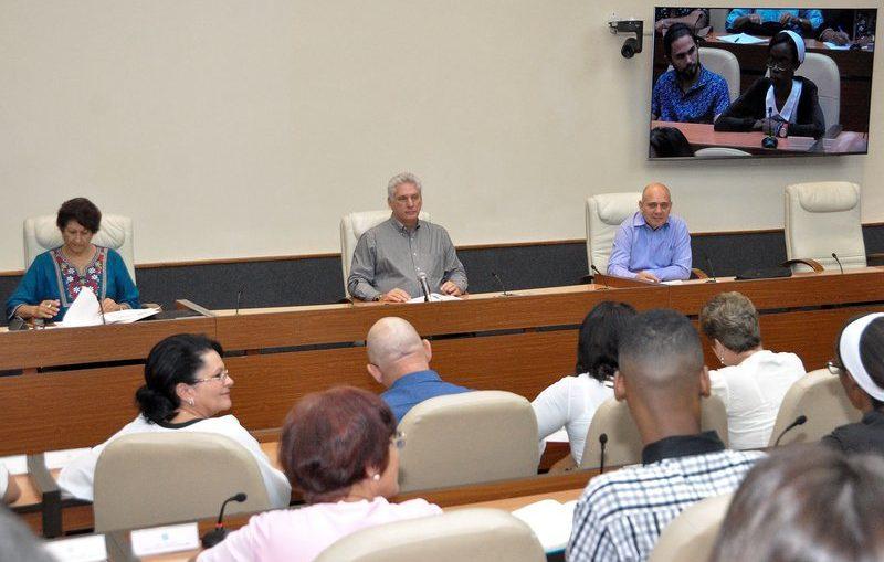 Durante una reunión con profesores de la Universidad de Ciencias Pedagógicas Enrique José Varona y con expertos de otras instituciones, Díaz-Canel Bermúdez alertó la amenaza que los centros hegemónicos de poder representan para la identidad de los pueblos con su afán colonizador.