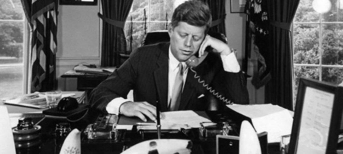 El tres de febrero de 1962, el entonces Presidente estadounidense John Fitzgerald Kennedy decretó el Bloqueo total de Estados Unidos contra Cuba.