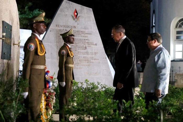 Lavrov afirmó: ¨Nosotros escogimos con toda intención este recorrido para rendir tributo al Comandante y visitar el cementerio de Santa Ifigenia, donde descansan los restos de otros luchadores por la libertad de Cuba¨.