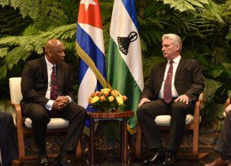 El mandatario cubano agradeció el apoyo del Reino de Lesoto en la lucha por el levantamiento del bloqueo de Estados Unidos contra la Isla y ratificó la disposición de continuar fortaleciendo los históricos lazos de amistad entre ambas naciones.