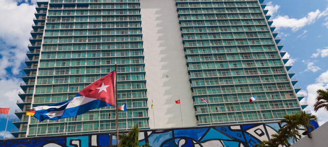 Con la ubicación más céntrica de Cuba, la instalación exhibe un valor muy especial, el cosmopolitismo. Administrado en sus inicios por la cadena estadounidense Hilton, ahora está bajo la tutela de la española Sol Meliá, y siempre desde 1959 como propiedad cubana.