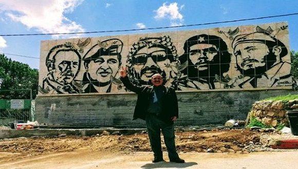 El muro, de 10 metros de ancho por 3 alto, fue hecho sobre piedra en la cumbre más alta de la localidad de Dora. En la obra figuran los rostros de líderes revolucionarios como Fidel Castro, Ernesto Che Guevara y Hugo Chávez, entre otros.