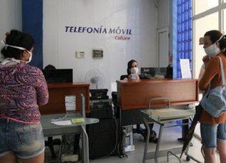 En medio de la grave pandemia global del nuevo coronavirus, que ha alterado la vida en el mundo, Cuba no se detiene y, a la par de atender sanitariamente a toda su población ante esta peligrosa enfermedad, ha aplicado numerosas medidas para proteger a los trabajadores y a sus familias