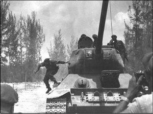 cvi0418-Fidel -Girón- tirándose del tanque-3jpg