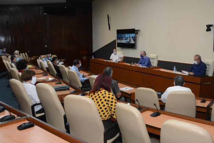 Niurka Carlos Pías, directora del Centro de Inmunoensayo, expuso los resultados obtenidos en el estudio piloto que se llevó a cabo en grupos poblacionales donde se aplicó el Sistema Ultra Micro Analítico (suma) para la covid-19.