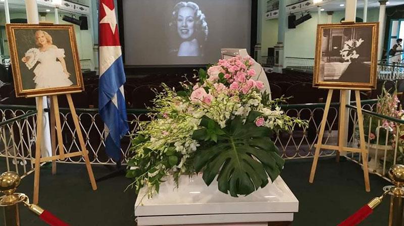 En el Teatro Martí de La Habana, emblemático sitio que acogiera varias de sus presentaciones, familiares, amigos, personalidades de la cultura y de organizaciones de la sociedad civil rinden tributo a la gran artista.