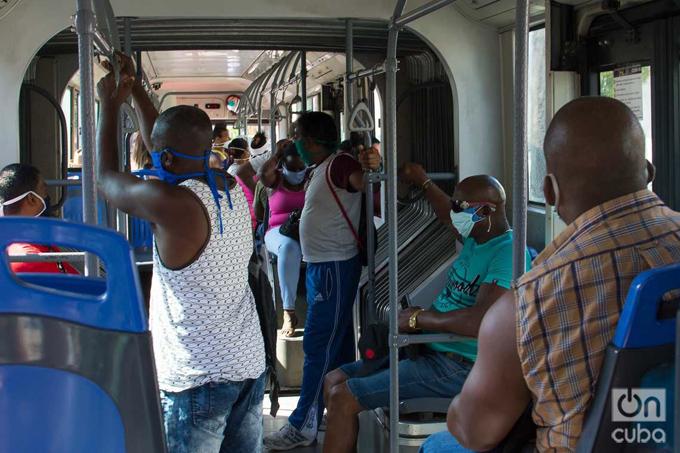 Se mantiene el servicio de transportación para los trabajadores de actividades imprescindibles de la producción y los servicios, priorizando los de salud. Se mantiene la obligación del uso del nasobuco, la aplicación de hipoclorito en las manos de los pasajeros a la entrada de los medios de transporte