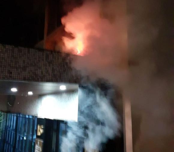 Fueron lanzados hacia la sede tres cócteles molotov, dos llegaron al perímetro exterior de la embajada y uno no entró. Como consecuencia, se produjo un incendio que apagaron los funcionarios de la misión diplomática.