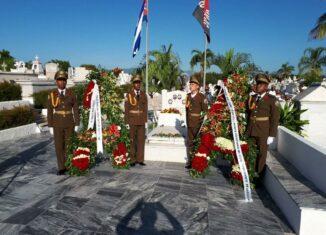 Presidieron la ceremonia homenaje en el cementerio Santa Ifigenia, el Comandante de la Revolución Ramiro Valdés y las autoridades del Partido y Gobierno de la provincia de Santiago de Cuba.