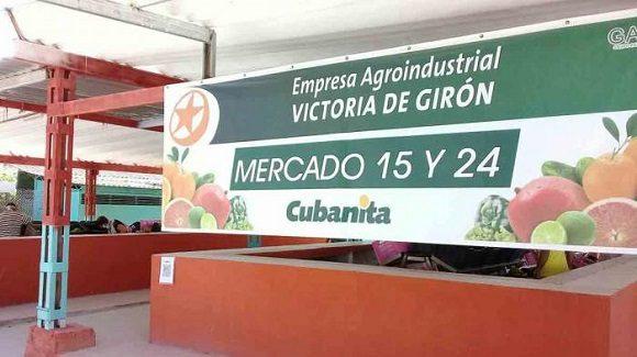 En la céntrica esquina de 15 y 24, del municipio Plaza de la Revolución, los vecinos se organizaron para comprar viandas y frutas en el Mercado Agropecuario Estatal de nuevo tipo creado allí, el cual forma parte de 47 que abrirán en la capital.