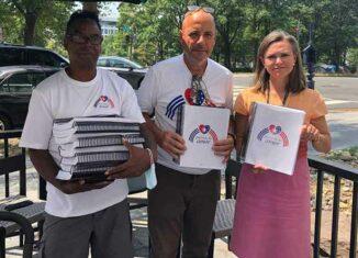El proyecto solidario Puentes de Amor entregó al gobierno de Estados Unidos una petición respaldada por más de 27 mil firmas en la que instan al presidente Joseph Biden a levantar el bloqueo a Cuba.