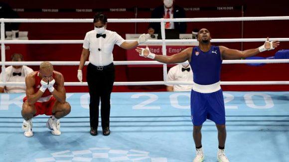 Arlen López derrochando talento hasta que el árbitro lo señaló como vencedor. Solo entonces estalló la verdadera felicidad. La de él, por demostrarle a todos los que dudaron, y las del graderío, porque con este título Cuba iguala los conseguidos en Río 2016.