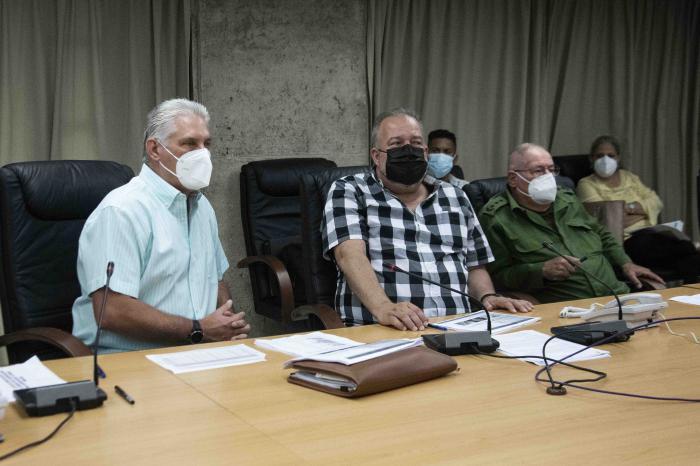 Constituyen Centro de Dirección del Gobierno con el objetivo de asegurar el abastecimiento de oxígeno a las instituciones de Salud de todo el país. El Presidente Díaz-Canel y el Primer Ministro participaron en una de sus sesiones de trabajo.