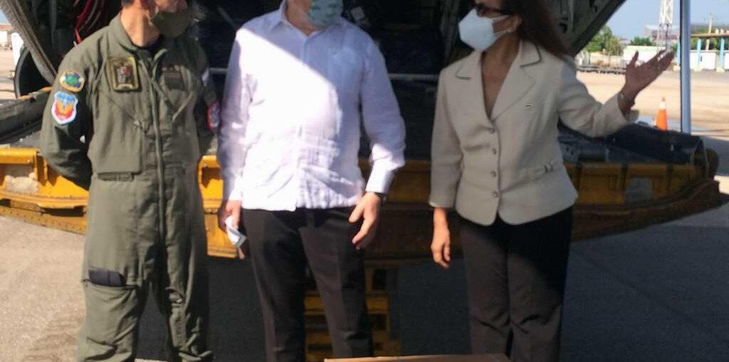 Un avión Hércules de la Fuerza Aérea argentina aterrizó la víspera en el aeropuerto José Martí con un donativo de más de 3 toneladas de insumos médicos, material gastable y jeringuillas, para apoyar el proceso de vacunación en la mayor de las Antillas.