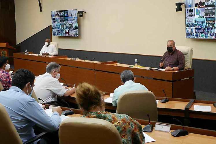 El Primer Ministro, Manuel Marrero, llamó a revisar el horario de la limitación de movimiento, seleccionar los establecimientos que van a prestar servicios y hacer la certificación de los mismos por las autoridades correspondientes.