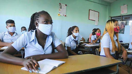 Se han establecido tres grupos de vacunación. En el primero se encuentran los estudiantes de 12 grado, del 3er año de la enseñanza técnico-profesional, y de 3er y 4to años de formación pedagógica.